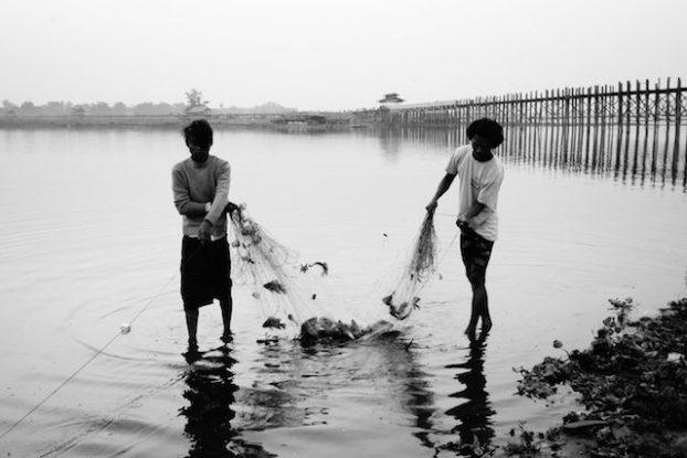Pecheur et pont d'u bein le pont en treck le plus grand du monde en birmanie photo blog voyage tour du monde https://yoytourdumonde.fr