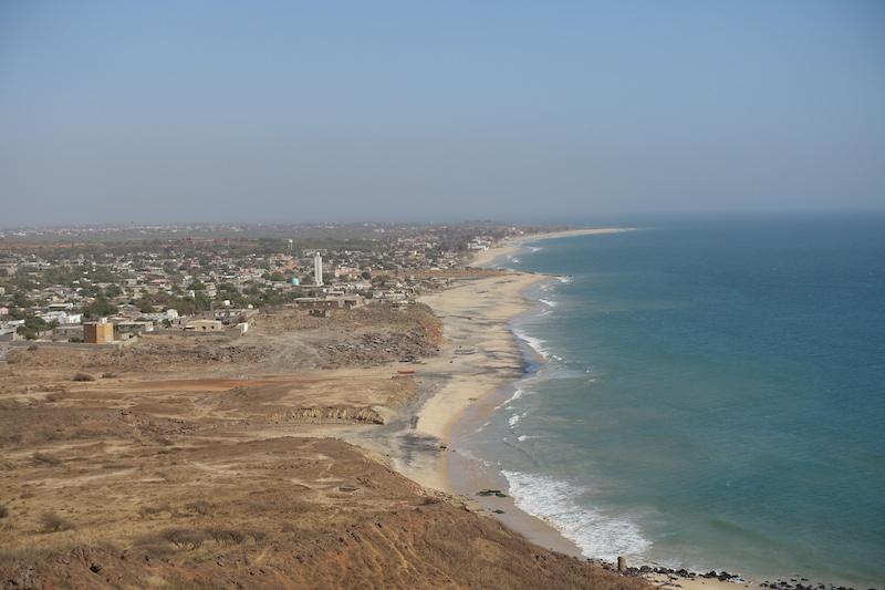 Popenguine au Sénégal se trouve entre falaises et océan. Photo blog voyage tour du monde https://yoytourdumonde.fr
