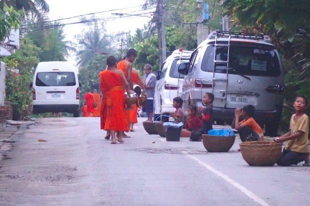 Laos luang prabang ceremonie aumone photo blog voyage tour du monde https://yoytourdumonde.fr