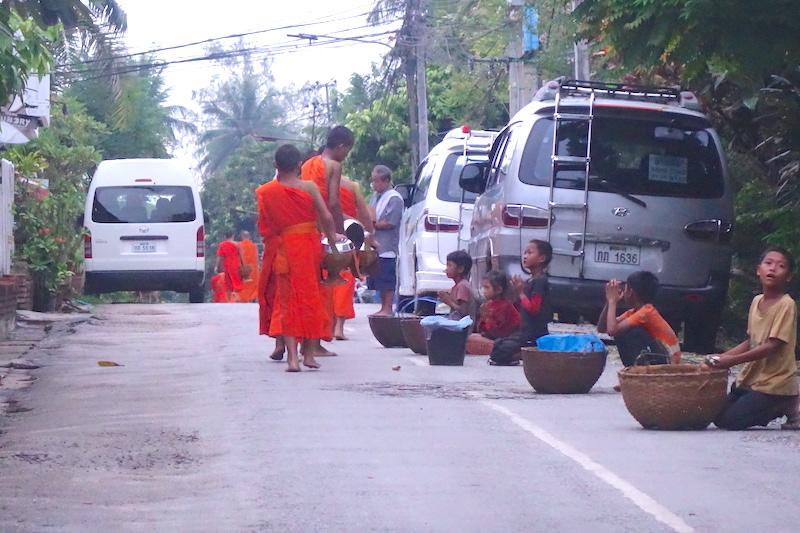 Laos luang prabang ceremonie aumone photo blog voyage tour du monde http://yoytourdumonde.fr