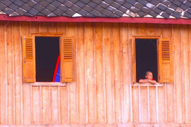 Moine bouddhiste à Luang Prabang photo blog voyage tour du monde https://yoytourdumonde.fr