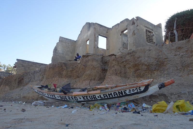 Le changement climatique fait des ravages à Popenguine avec des maisons qui s'effondrent. Photo blog voyage tour du monde https://yoytourdumonde.fr
