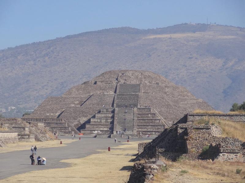 Pyramide de Teotihuacan photo blog voyage tour du monde travel https://yoytourdumonde.fr