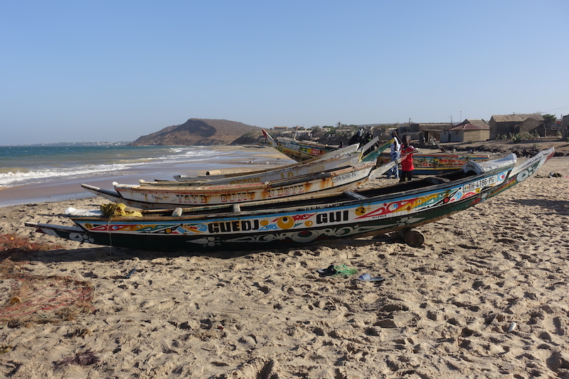 Vous pouvez voyager dans les environs de Popenguine avec une pirogue. Photo blog voyage tour du monde https://yoytourdumonde.fr