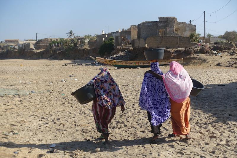 Femmes d'un village voisin près de Popenguine photo blog voyage tour du monde https://yoytourdumonde.fr