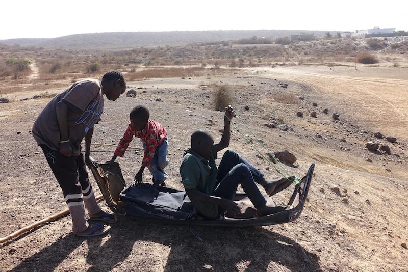 Des enfants font de la luge sur le sable à Popenguine au Sénégal! Photo blog voyage tour du monde https://yoytourdumonde.fr