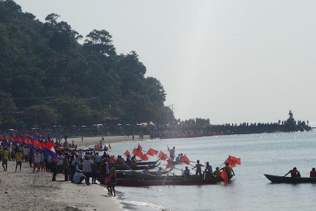 Locaux, drapeaux et bateaux, j'assiste à une course de bateau du coté de Kep