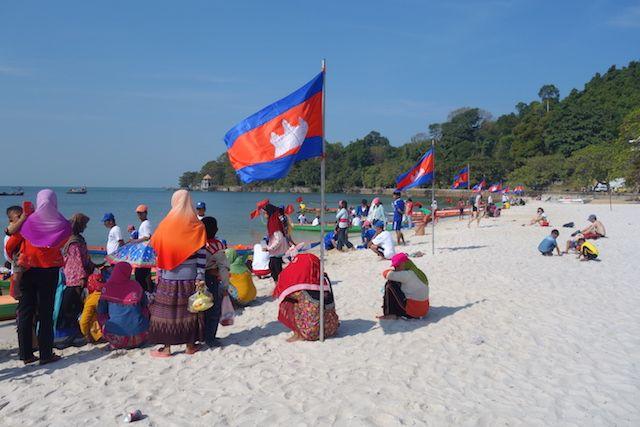 il y a une très belle plage à Kep au Cambodge. Et en plus aujourd'hui nous avons une course de bateau. A voir sur le blog http://yoytourdumonde.fr