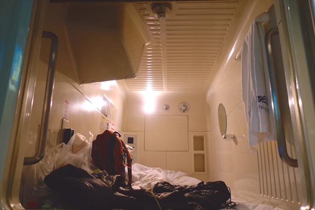 Il y a de très nombreux hotels à capsule à Tokyo. Photo blog voyage tour du monde https://yoytourdumonde.fr