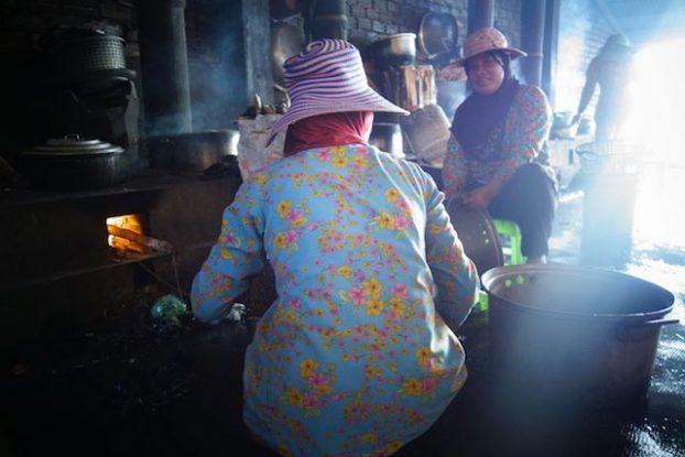 Une femme cuisine le crabe bleu de Kep sur le marché de la ville. Article complet sur mon blog de voyage https://yoytourdumonde.fr