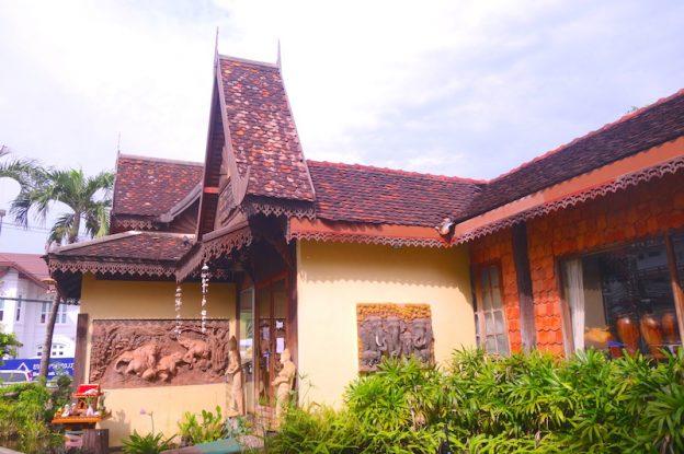 Architecture maison local à Vientiane au Laos. Photo blog voyage tour du monde https://yoytourdumonde.fr