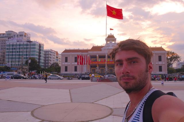 Batiment communistes est drapeau vietnamien à Nha Trang au Vietnam photo blog voyage tour du monde https://yoytourdumonde.fr