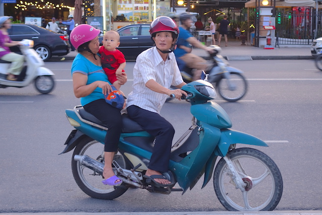 Le scooter est le meilleur moyen de visiter Nha Trang au Vietnam photo voyage tour du monde http://yoytourdumonde.fr