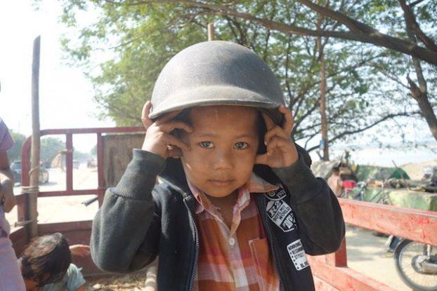 Portrait d'un jeune birman du coté de Mandalay photo blog voyage tour du monde https://yoytourdumonde.fr