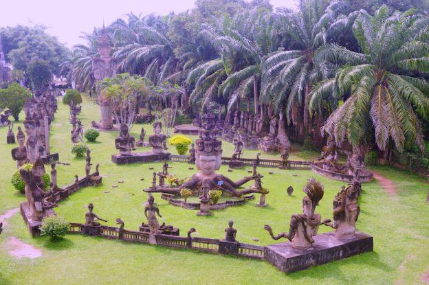 Les statutes bouddhistes et hindouistes du Bouddha parc vientiane laos photo bog voyage tour du monde https://yoytourdumonde.fr