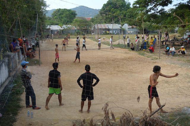 Les cambodgiens aiment jouer au volley ball. Article complet sur le blog http://yoytourdumonde.fr