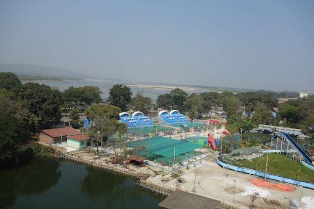 Parc d'attraction du coté de Mandalay en Birmanie avec manege et toboggan photo blog voyage tour du monde https://yoytourdumonde.fr