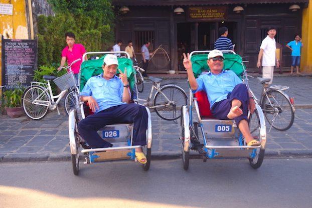 Les tuc-tuc que l'on peut retrouver au Vietnam photo blog voyage tour du monde https://yoytourdumonde.fr