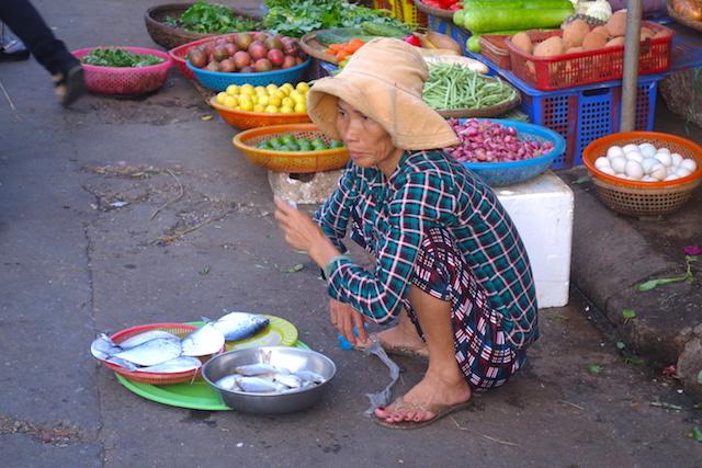 Une habitante de Hoi An au Vietnam photo blog voyage tour du monde http://yoytourdumonde.fr