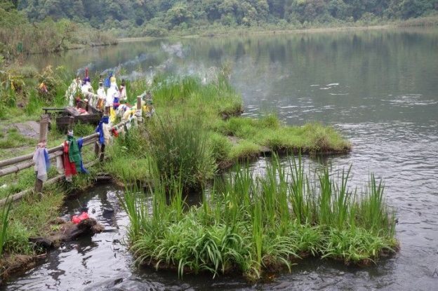 Le Lac sacré de Khecheopalri garde les mysteres et les legendes tibétaines. photo blog voyage tour du monde https://yoytourdumonde.fr