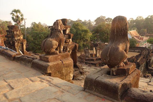 Animaux et statue tres present dans les temples d'Angkor blog photo http://yoytourdumonde.fr
