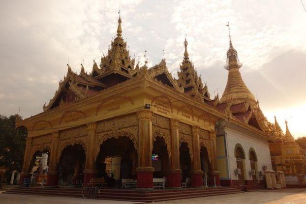 visite temple bouddhiste dans la ville de monywa phot blog voyage tour du monde https://yoytourdumonde.fr