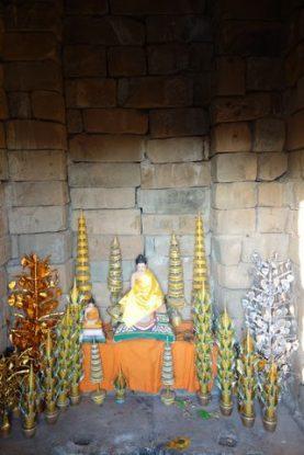 Le site d'Angkor est toujours utilisés par les populations locales pour faire des rituels religieuses tels que des offrandes comme cette photo. Blog https://yoytourdumonde.fr