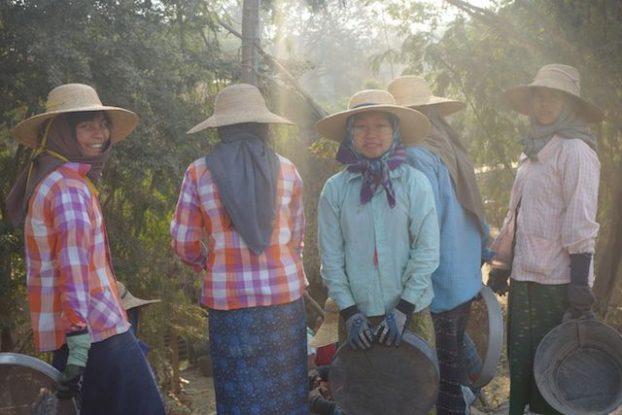 construction route myanmar birmanie femme photo blog tour du monde htt://yoytourdumonde.fr