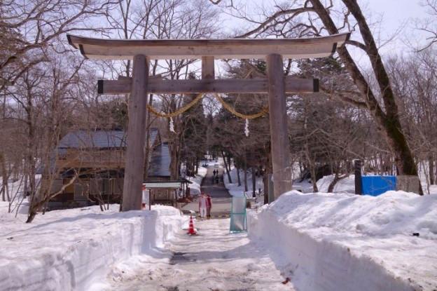 Entrée de temple avec ce torii dans les Alpes Japonaises photo blog voyage tour du monde https://yoytourdumonde.fr