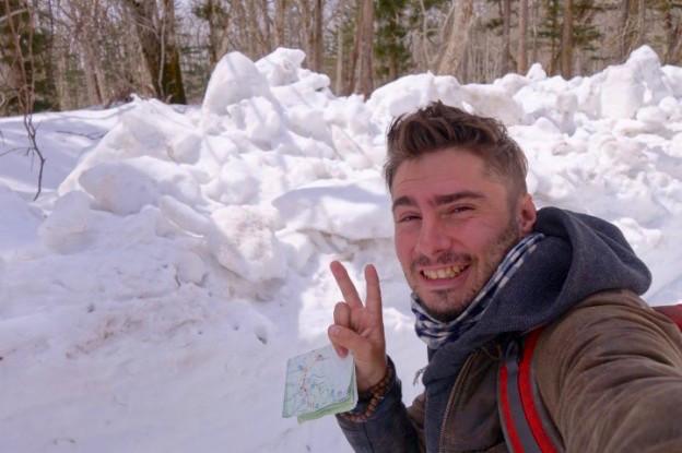 Yohann sous la neige dans les Alpes Japonaises. Photo blog voyage tour du monde https://yoytourdumonde.fr