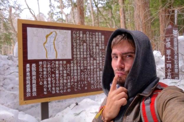 Les panneaux d'informations au Japon dans les Alpes Japonaises sont écrit en Japonais un peu difficile de comprendre. Photo blog voyage tour du monde https://yoytourdumonde.fr