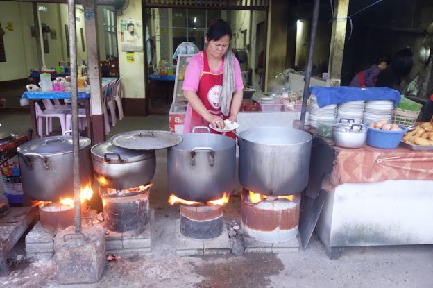 Il y a une mutlitudes de restaurants du coté de Vang Vian; Photo blog voyage tour du monde https://yoytourdumonde.fr