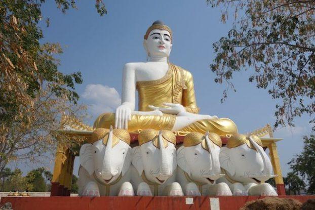 L'un des nombreux bouddhas du coté de Monywa photo blog voyage tour du monde https://yoytourdumonde.fr
