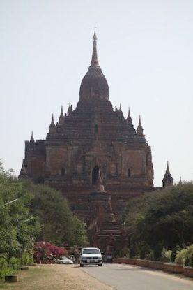 Le Dhammayangy Temple est vraiment un temple imposant du coté de la cote archeologique de bagan au myanmar photo blog voyage tour du monde https://yoytourdumonde.fr