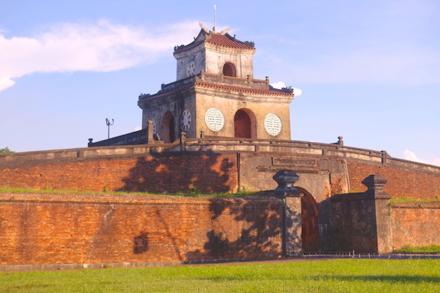Muraille de la cité impériale de Hué au Vietnam. Photo blog tour du monde http://yoytourdumonde.fr