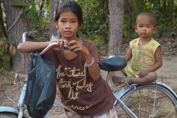 La population locale est omnipresente dans les temples d'Angkor qui prient ou vendent leurs bouteilles à destination des touristes. Photo blog https://yoytourdumonde.fr
