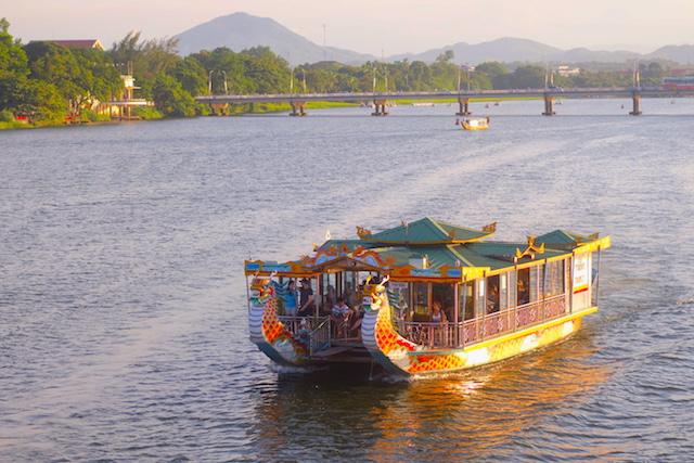 Hué bateau tombeaux royaux vietnam photo blog voyage tour du monde http://yoytourdumonde.fr