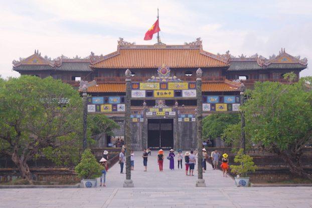 Entrée de la cité impériale de Hué au Vietnam. Photo blog voyage tour du monde https://yoytourdumonde.fr