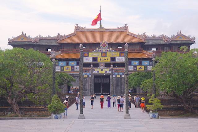 Entrée de la cité impériale de Hué au Vietnam. Photo blog voyage tour du monde http://yoytourdumonde.fr