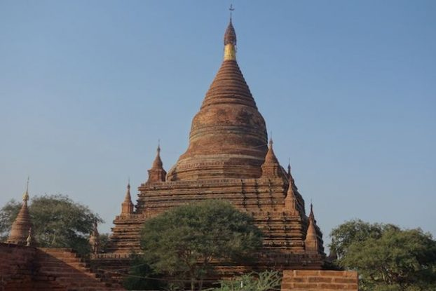 La brique rouge qui change de couleur avec le soleil sur le Temple de Htilominlo dans la cité archeologique de Bagan en Birmanie photo blog tour du monde https://yoytourdumonde.fr