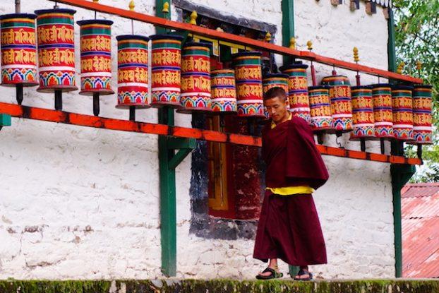 Un moine qui marche en guise de meditation au sikkim photo blog voyage tour du monde https://yoytourdumonde.fr