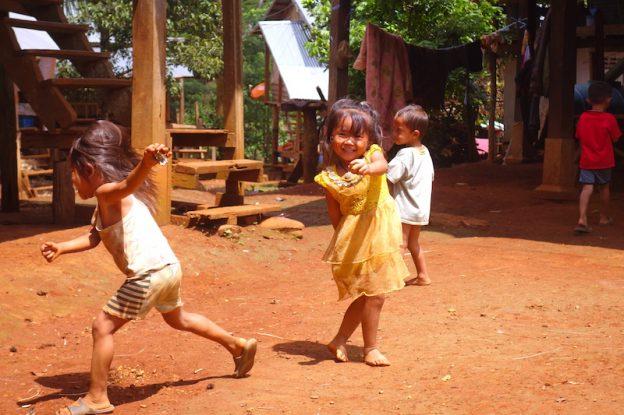 Rencontre avec des minorités ethniques et enfants au Plateau des Bolovens photo blog voyage tour du monde https://yoytourdumonde.fr