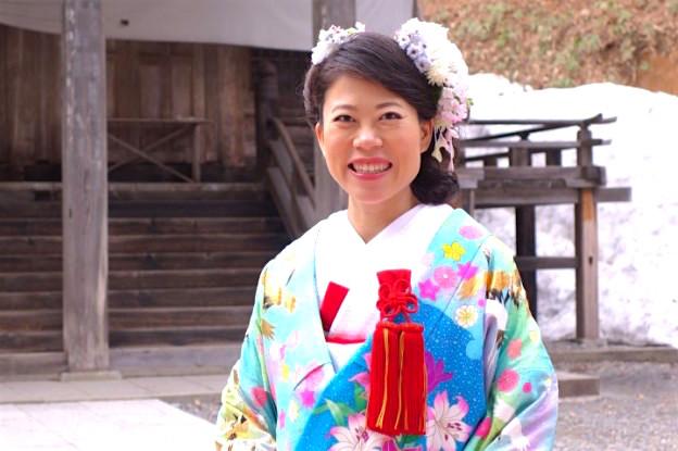 Marié dans un temple au Japon dans les Alpes Japonaises. Photo blog voyage tour du monde https://yoytourdumonde.fr