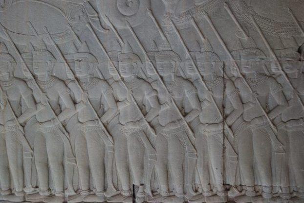 Des soldats en tenue de combat sur l'un des bas reliefs d'Angkor Vat. Photo blog https://yoytourdumonde.fr