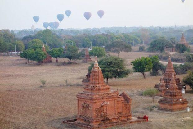 Au petit matin les montgolfières se levent pour un spectacle d'anthologie blog voyage tour du monde https://yoytourdumonde.fr