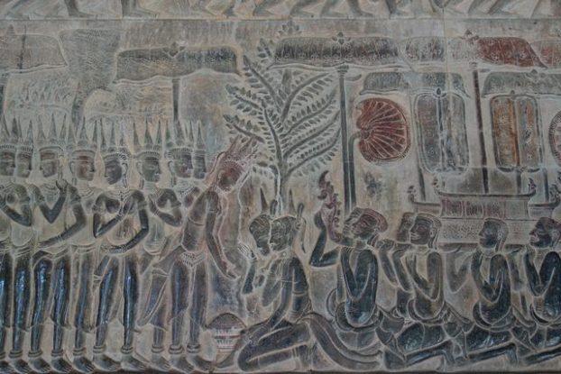 Representation d'un mariage avec un pretre sur un bas relief d'Angkor Vat au Cambodge. Photo blog https://yoytourdumonde.fr