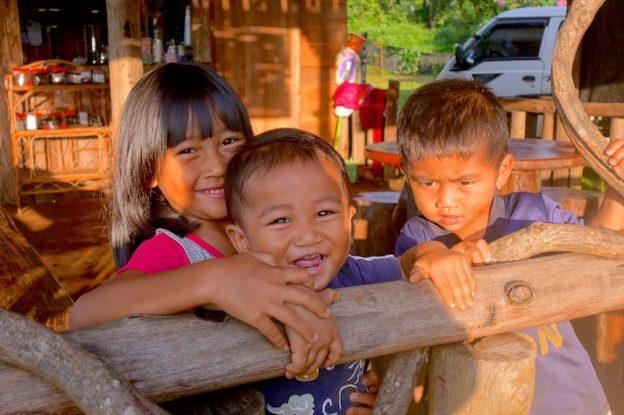 Enfants rencontré lorsque j'ai visité le Plateau des Bolovens photo blog voyage tour du monde https://yoytourdumonde.fr