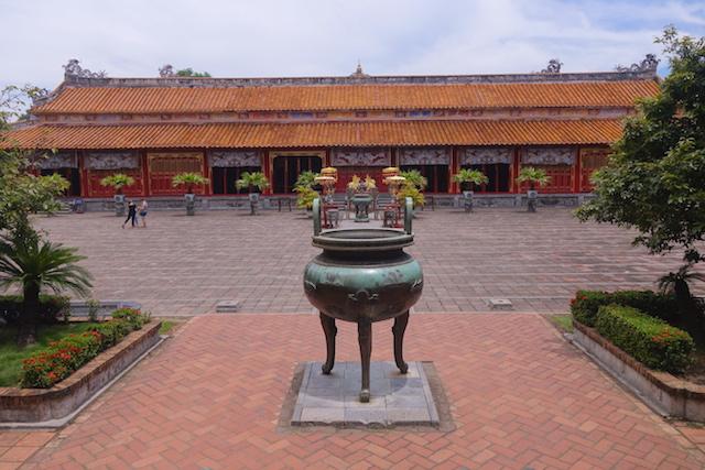 Temple du culte des Empereurs Nguyen à Hué au Vietnam photo blog voyage tour du monde http://yoytourdumonde.fr