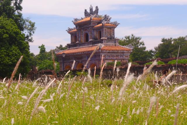 Beaucoup de batiments de la cité impériale de Hué ont disparu à cause des bombardements de la guerre du vietnam. Photo voyage tour du monde hue http://yoytourdumonde.fr