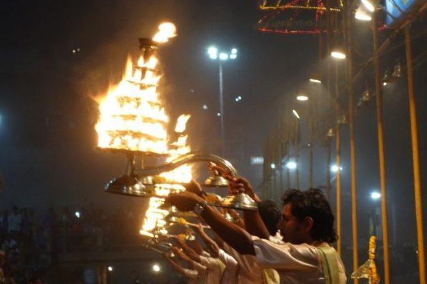 Inde: Cérémonie varanasie. Photo blog voyage tour du monde. https://yoytourdumonde.fr